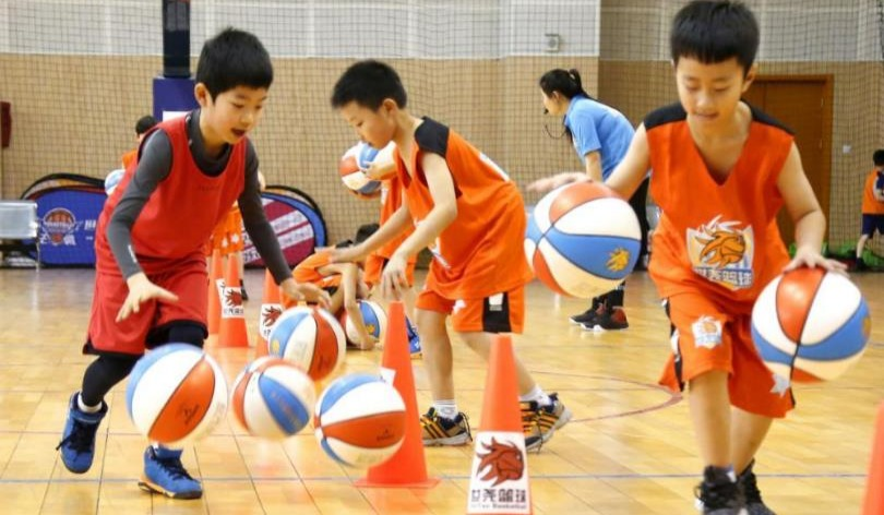 【篮球大礼包】9.9元抢动感篮球2节课+专属篮球1个,让孩子爱上篮球!