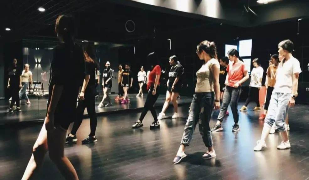 零基础学跳舞钢管舞爵士舞绸缎舞专业舞蹈培训