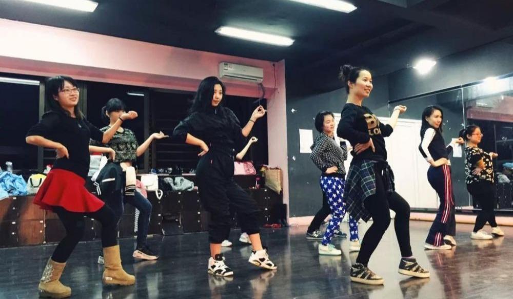 成年舞蹈培训 提供钢管舞、街舞、爵士舞等课程 零基础包学会分配考证